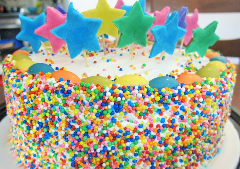 Torta de cebra rellena con ganache de chocolate Decoración: whipping topping de Rich sabor a vainilla con gragea de colores, chocolatinas y estrellas de azúcar